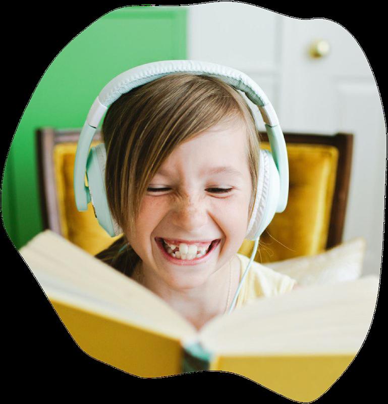 Kind mit Buch und Kopfhoerern